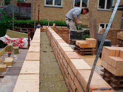 murermester brian s. nielsen i gang med muring af hus
